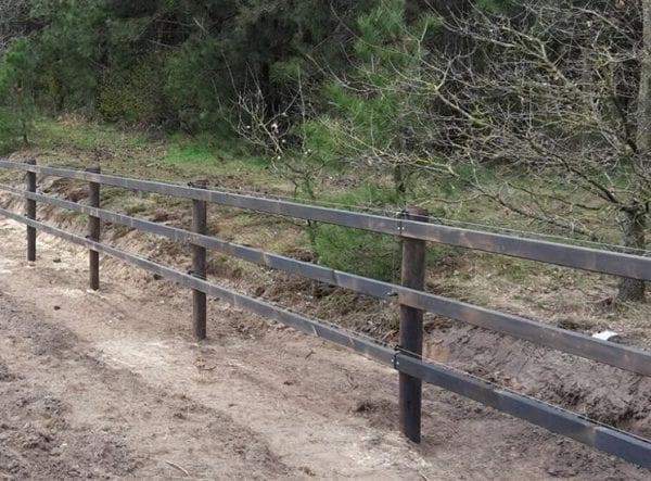 Houten gecreosoteerde omheining, opschroef met 3 liggers, paardenbak, paarden weide