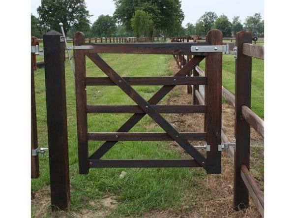 kleine enkele poort gecreosoteerd, houten omheining