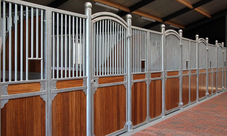 Luxe paardenboxen in natuurgebied